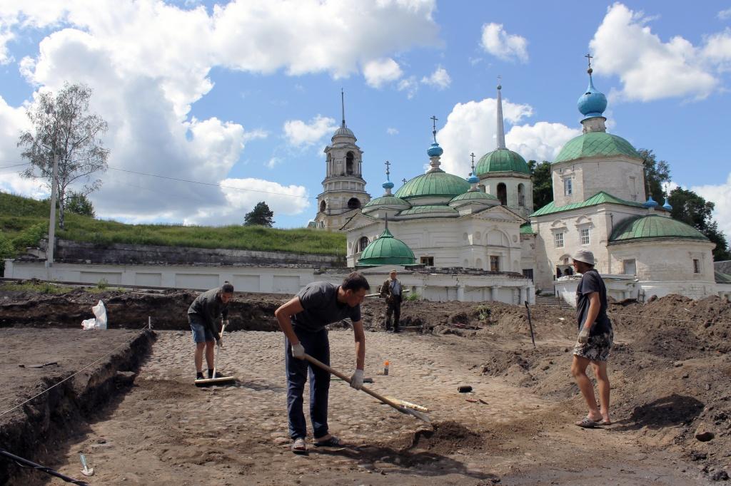 В Тверской области раскопали мостовую 18-го века
