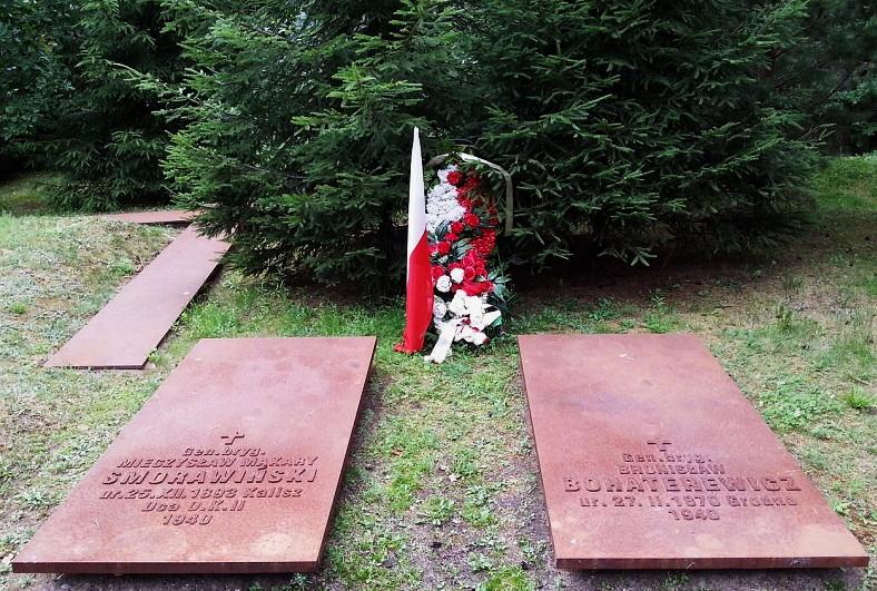Захоронения польских генералов Сморавиньского и Богатыревича в индивидуальных могилах