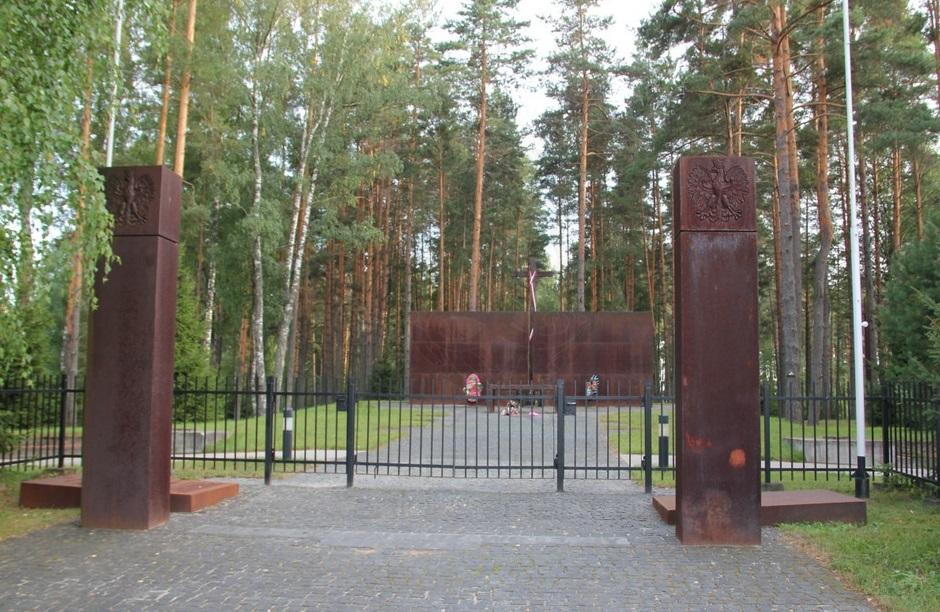 Символические пограничные столбы на входе на польское кладбище в «Медном»