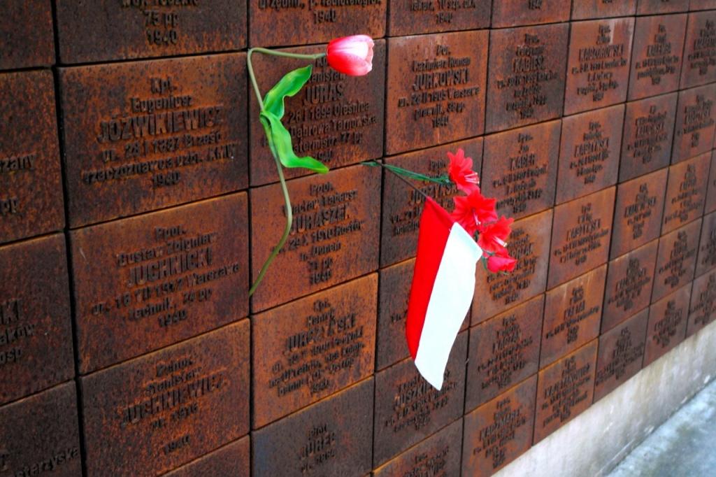 На катынско-медновских «алтарных стенах» запечатлено более 10 000 имен и фамилий из ксерокопий этапных списков, переданных Гобачевым польской стороне в 1990 году