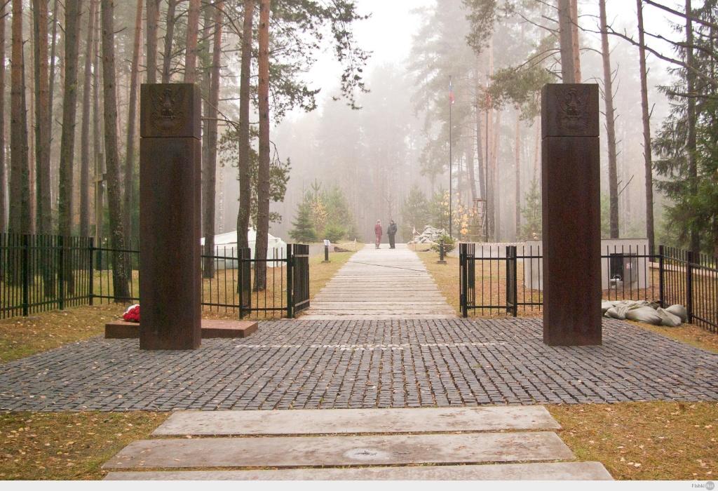 Символические пограничные столбы на входе на польское кладбище в «Катыни»