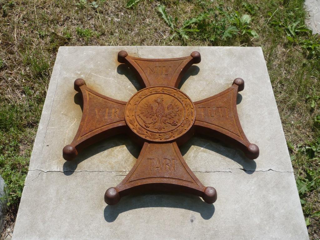 Знак ордена Virtuti Militari, установленный на входе на символическое польское кладбище